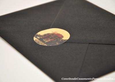 01-convite-casamento-historia-liliane-pedro-oriental-envelope-autocolante