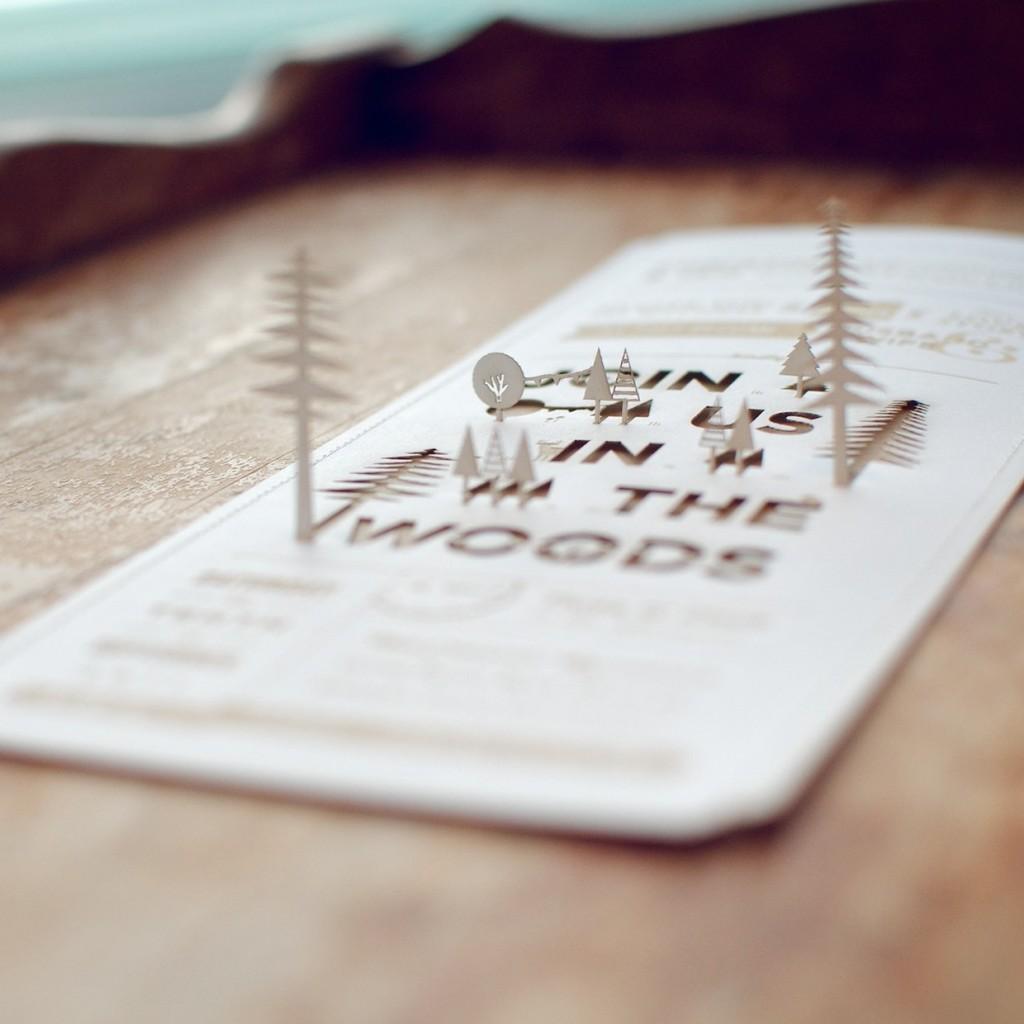 Convite de casamento: floresta recortada.