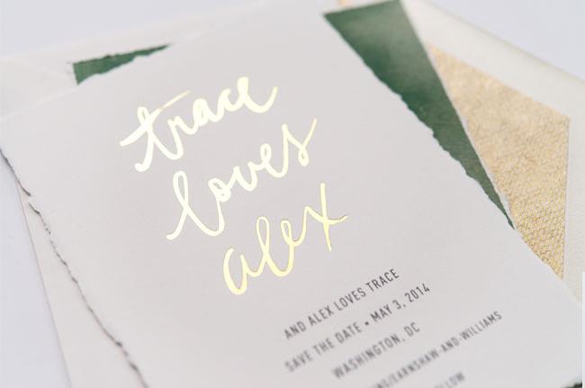 Convite de casamento tipo de letra dourado - pormenor letras